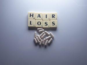 מדריך לעובדים ייצוגיים: האם כדורים לנשירת שיער יוכלו לסייע בשיפור מראה השיער?